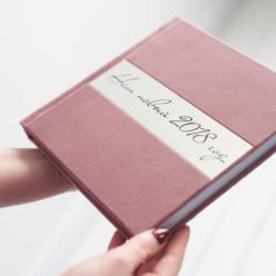 Фотокнига в рожевому велюрі, прикрашена шильдом
