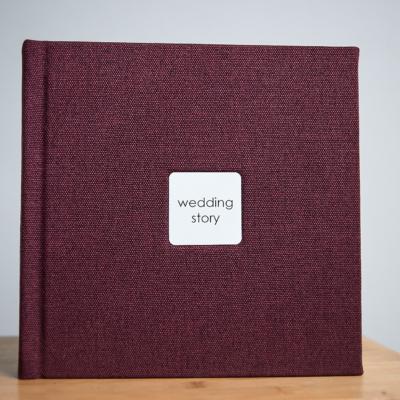 Фотокнига в бордовому текстилі з фактурою