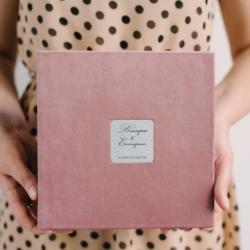 Фотокнига в рожевому велюрі з шильдом